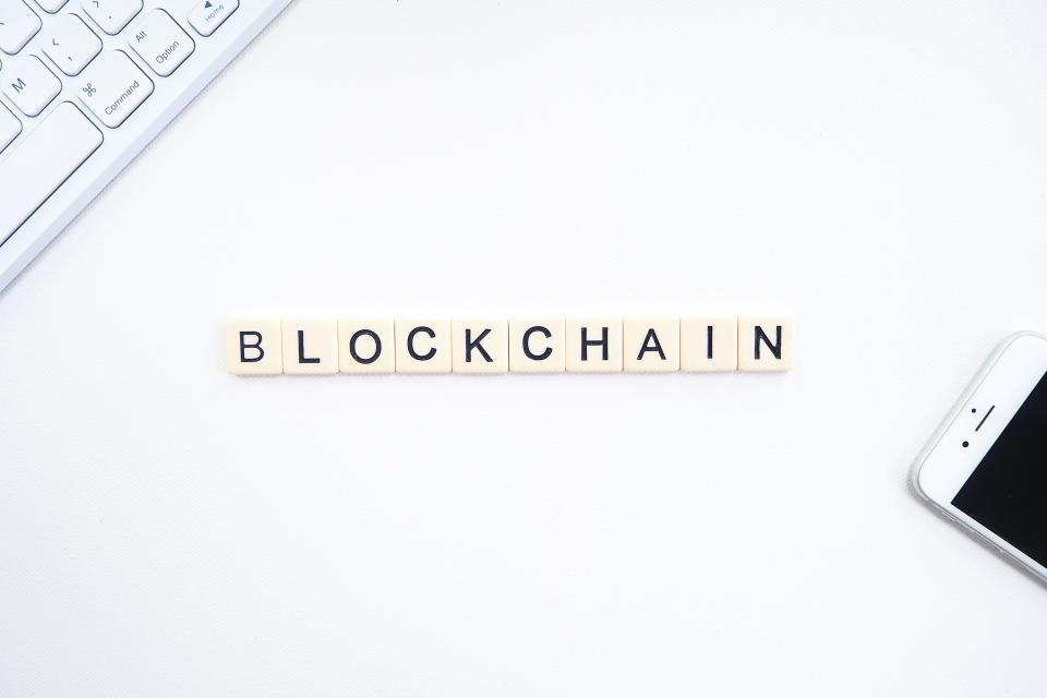 La parola blockchain realizzata con dei dadi con le lettere dell'alfabeto